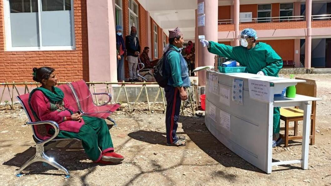 Utendørs registrering og febermåling av nye pasienter ved det nye lokalsykehuset Dolakha Hospital. Utstyr til dette lokalsykehuset var hovedsatsingen til NepaliMed Norway før pandemien brøt ut.