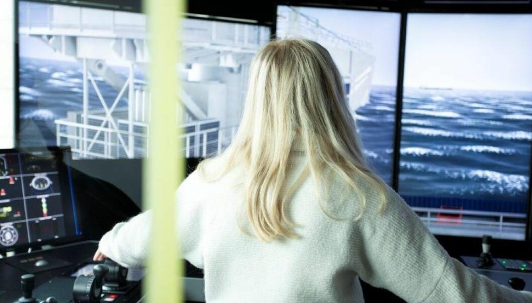 Bachelorstudenter i nautikk bruker simulatorer under eksamen for å vise sine ferdigheter. (Illustrasjonsbilde)