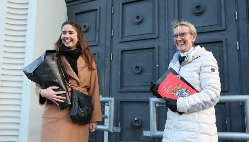 """""""Tusen takk"""" var det første leder for Samfundet, Karen Mjør hadde å si da hun og rektor Anne Borg møttes foran Studentersamfundets hovedinngang torsdag. Rektoren mottok både blomster og bok om Ukas historie i takkegave."""