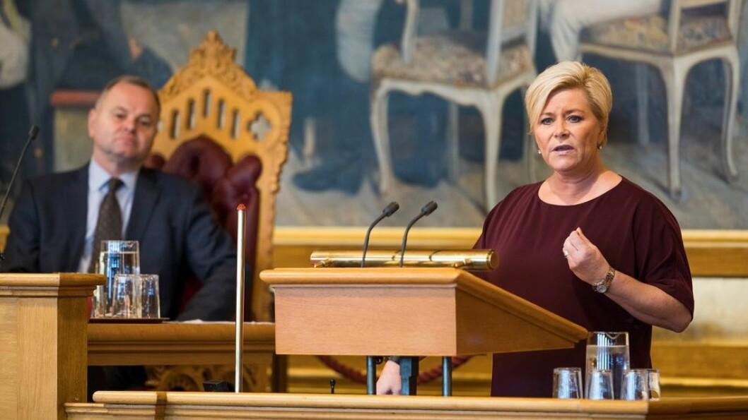 Finansminister Siv Jensen har holdt kortene tett til brystet, men likevel har det kommet noen lekkasjer fra Regjeringens forslag til statsbudsjett, slik det alltid gjør. Bildet er fra presentasjonen av årets statsbudsjett i Stortinget i fjor.
