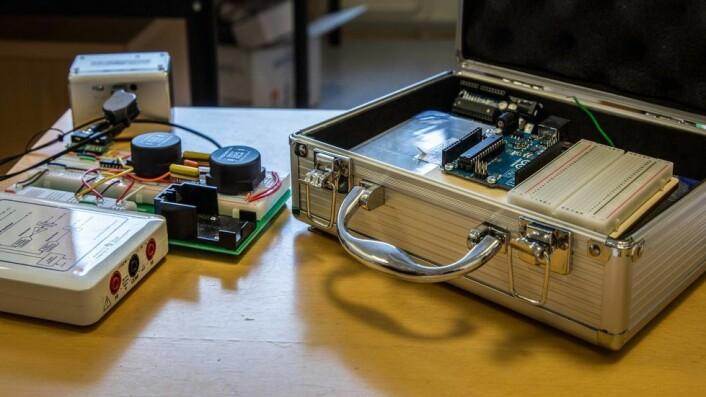 Elsys-studentene blir utstyrt med hver sin lille koffert med elektroniske duppeditter i første semester. - De kan ha lab på hybelen, i kantina eller i det nye læringsrommet, sier professor Lars Lundheim.