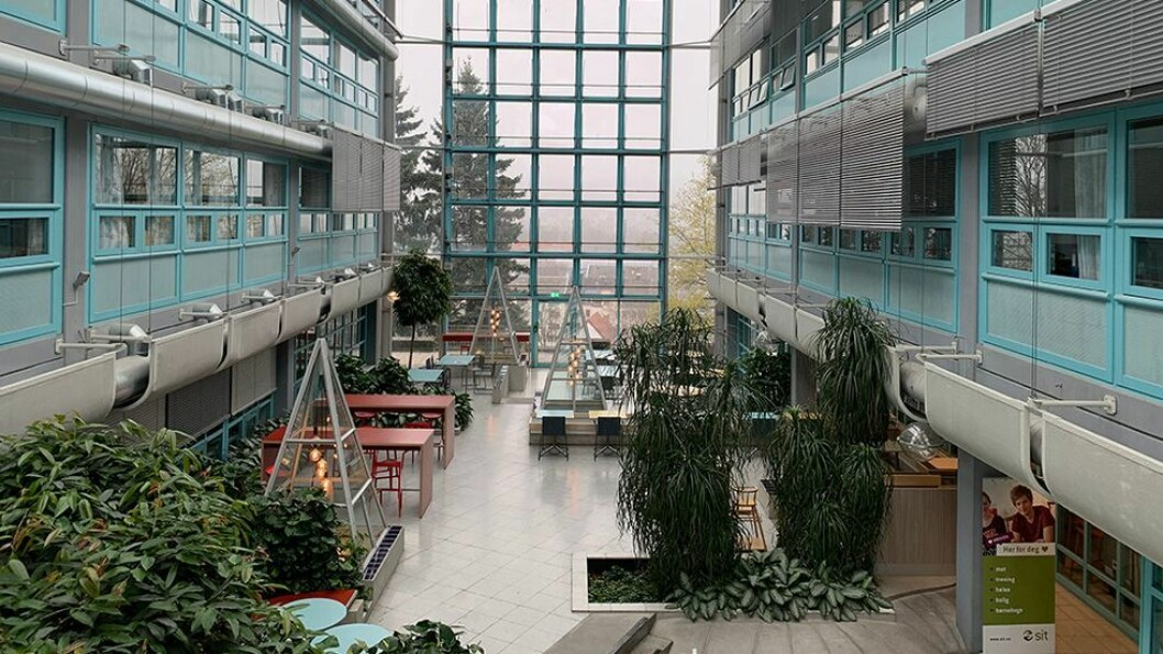 Stenger ikke. Men NTNUs campuser er stort sett tømt for studenter og ansatte, som for eksempel i Elektrobygget.