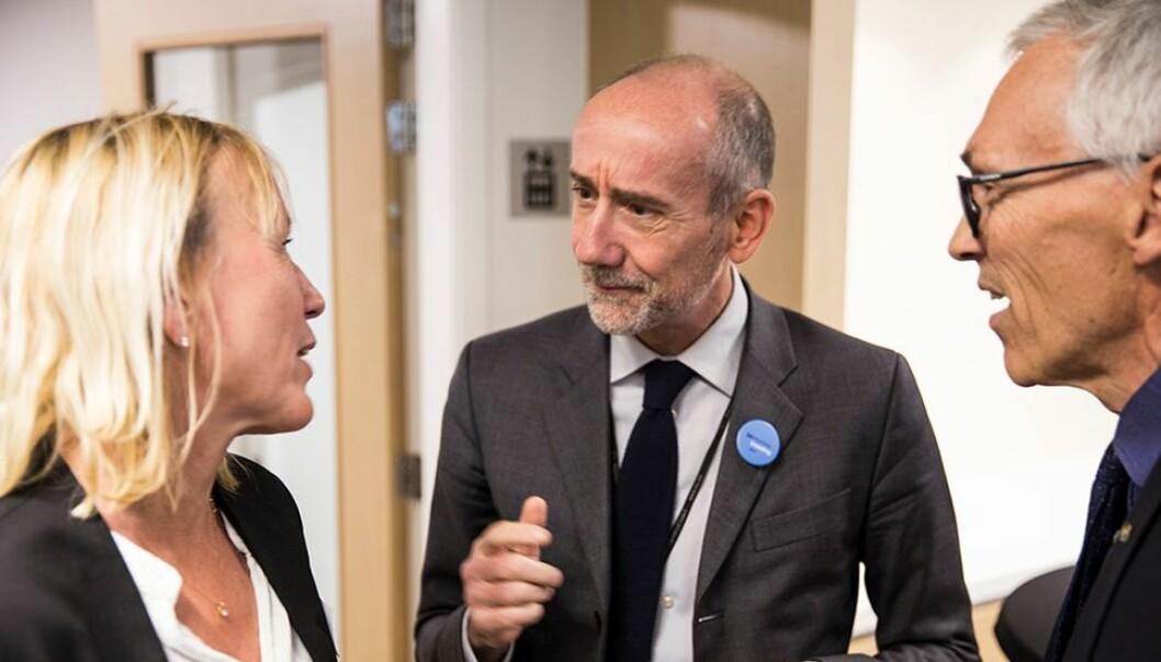 Margareth Hagen tek over som rektor ved UiB. Her i samtale med EUs Jean-Eric Paquet og prorektor Bjarne Foss under eit møte i Brussel.