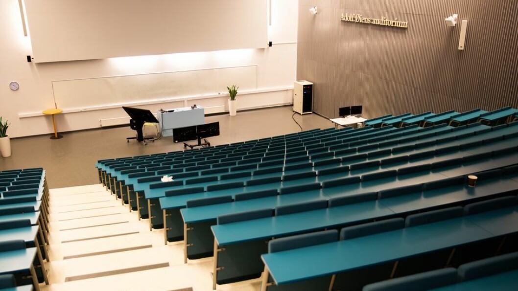 Auditoriene ble tømt da NTNU stengte ned i vår. Nå tas de gradvis i bruk igjen, blant annet med forelesninger som kan følges både av de som er tilstede og de som sitter hjemme og ser dem på datamaskinen. Men langt fra alle rommene har utstyret som trengs for å kunne gjennomføre slik undervisning.