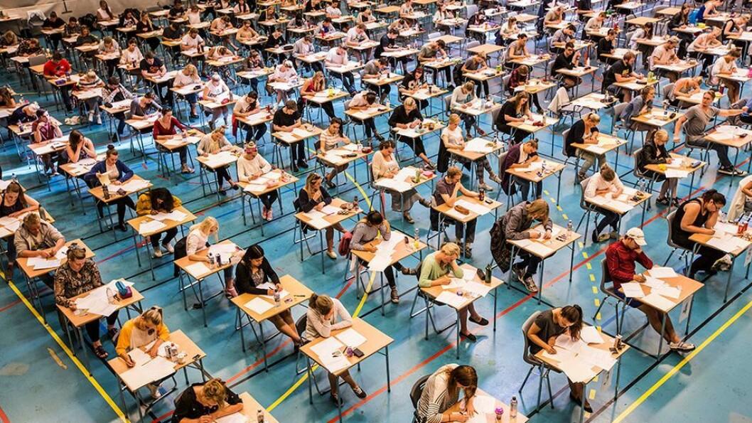 Slik har eksamener foregått i alle de år ved NTNU. Studenter på hver sin pult med eksamensvakter skulende over lokalet.