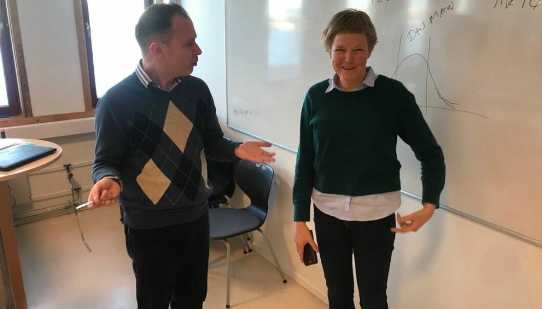 Daværende SU-dekan og nåværende prorektor for utdanning Marit Reitan i samtale med Øyvind Eikrem etter et oppvaskmøte på instituttet hvor Eikrem er førsteamanuensis.