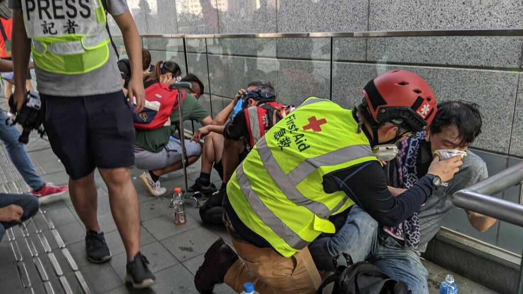 Studenter behandles for politiets bruk av tåregass under demonstrasjoner i Hongkong.
