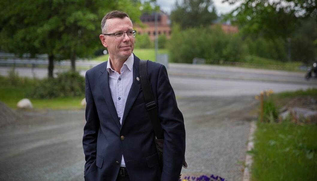- Det må være mulig å søke andre jobber uten at en trekker seg fra den en sitter i, sier avtroppende - og påtroppende - universitetsrektor Dag Rune Olsen.