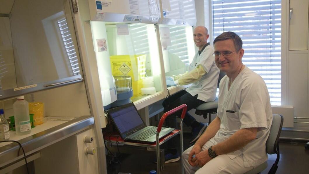 Forskerne har vært i full sving med å utvikle den nye metoden for testing av koronaviruset den siste uka. Lars Hagen og Per Arne Aas er blant dem som har vært sentrale i prosjektet.