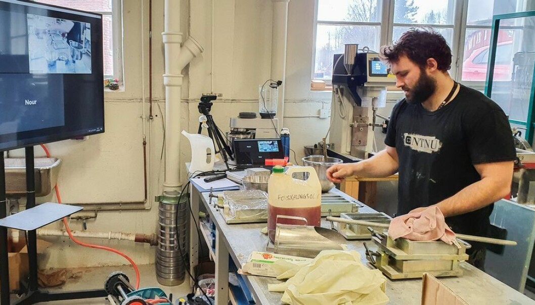 Avdelingsingeniør Tor Kristoffer Klethagen utfører forsøkene etter studentenes instruksjoner via Skype.