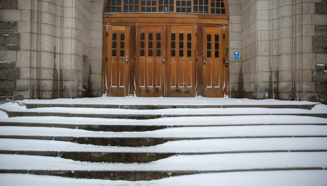 Stille dagen derpå. Snøen fikk ligge i fred foran NTNUs hovedbygning