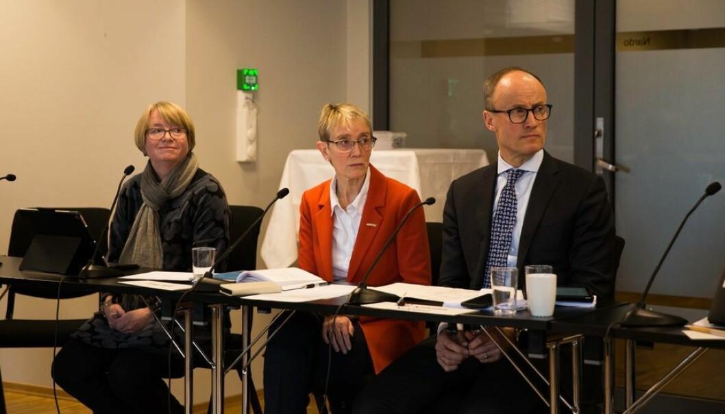 NTNU-rektor Anne Borg var flankert av daværende konstituert prorektor for utdanning Berit Kjeldstad og styreleder Nils Kristian Nakstad under det til nå siste fysiske møtet i NTNU-styret, 12. mars 2020. Under møtet fikk rektor fullmakt av styret til å innføre den midlertidige forskriften som gjorde at Sentral beredskapsledelse samme dag kunne stenge NTNU.