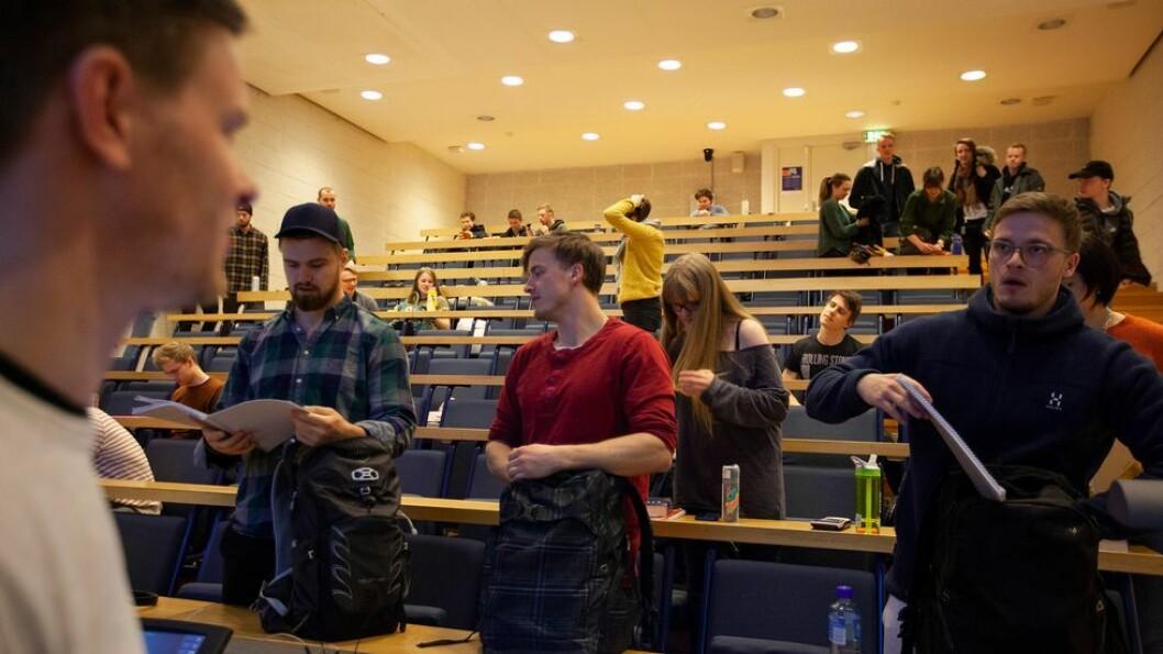 Tvillingbrødrene Sebastian (t.h) og Andreas Bakken Karlsen (rød genser) var blant studentene som måtte forlate NTNUs lokaler med umiddelbar virkning torsdag formiddag.