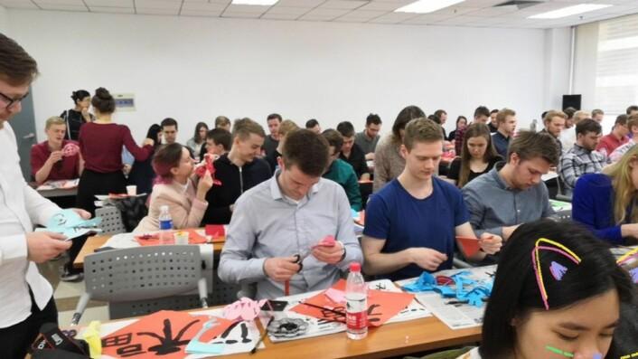 Trivelig i Kina før Corona: BIT studenter på besøk på Tsinghua Universitetet, på kalligrafikurs.