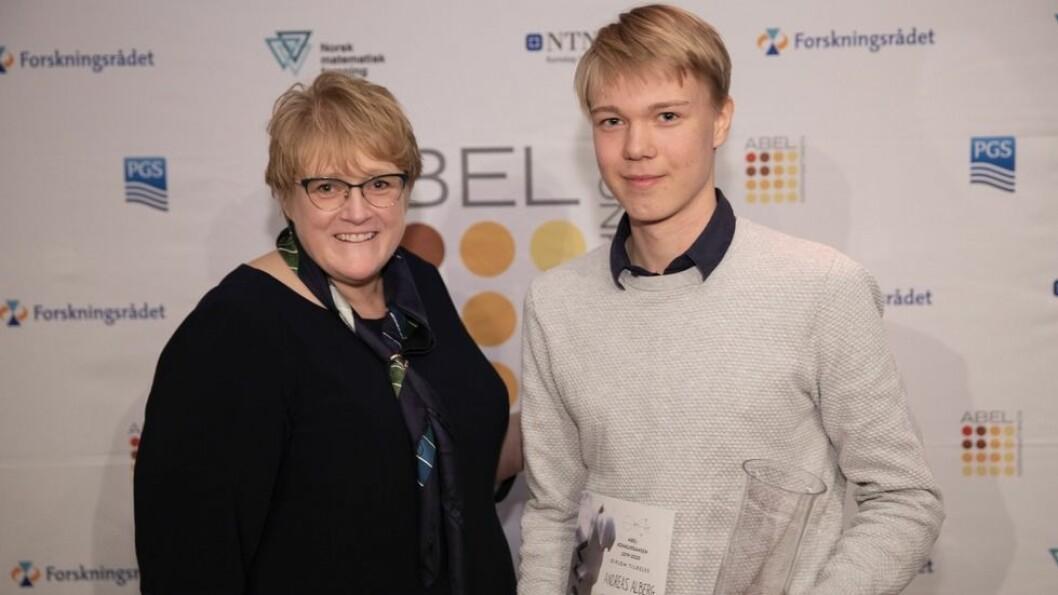 Kunnskapsminister Trine Skei Grande var den tredje i rekken som fikk gleden av å dele ut Abelkonkurransens førstepris til Andreas Alberg.
