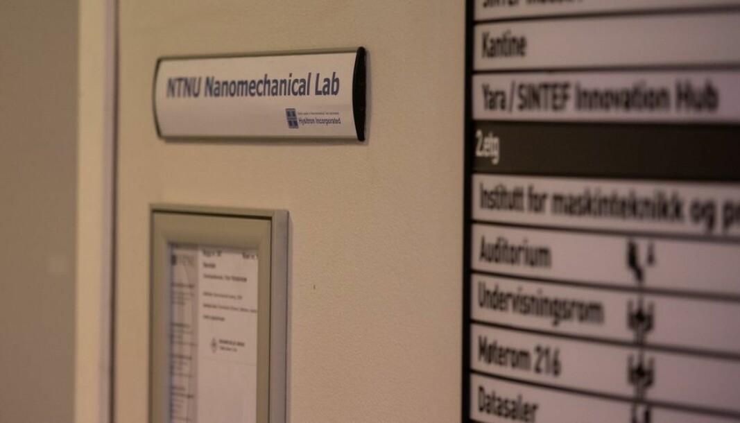 Det er bak denne døra inn til Nano-mekanisk lab, at den tiltalte skal ha invitert to gjesteforskere fra Iran. Her skal datainnbrudd ha skjedd.