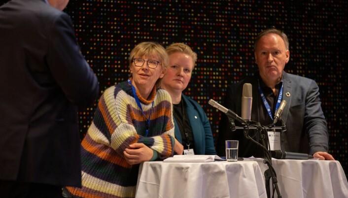 Margrethe Aune (til venstre), er NTNUs lengstsittende instituttleder. Her i debatt under ledersamlingen på Oppdal.