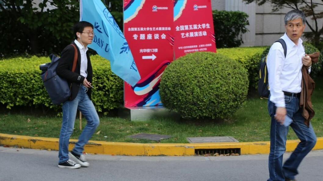Akademisk frihet ikke lenger en verdi? Studenter ved Fudan-universitetet i Shanghai på vei til forelesning. Underviserne deres må holde seg oppdatert på hva de får lov til å undervise dem om. Bildet ble tatt i forbindelse med den norske UH-delegasjonens besøk ved Fudan i fjor vår.