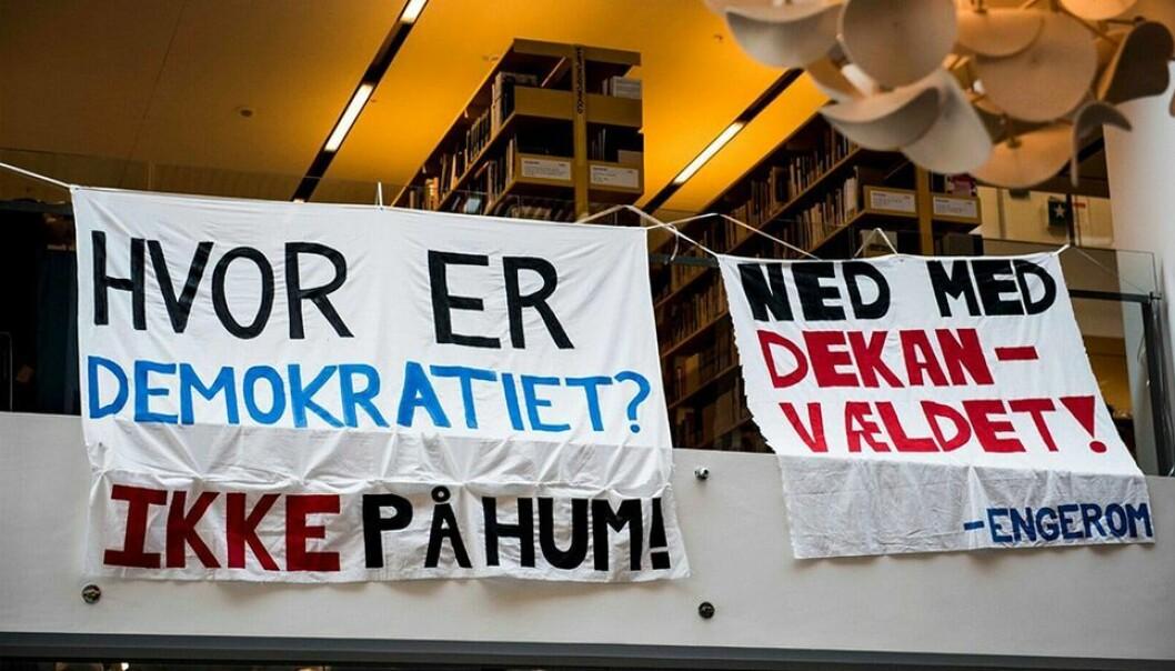 Studentene på Københavns universitet nekter dekan adgang til kontoret. Og gir klar beskjed om hva de mener om ledelsen.