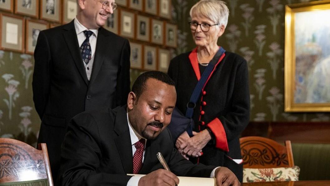 Etiopias statsminister Abiy Ahmed Ali mottok fredsprisen i Oslo rådhus tirsdag. Her signerer han nobelprotokollen.