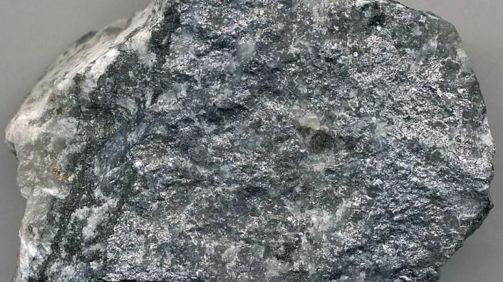 Kobolt: Koboltmalm finnes i rike forekomster rundt Modum. Kobolt ble første gang systematisk undersøkt og beskrevet som selvstendig metall av den svenske mineralog-kjemikeren Georg Brandt i 1735. Faglige diskusjoner rundt kobolt og metallers egenskaper ved det svenske Bergskollegiet dannet grunnlag for utviklingen av et moderne grunnstoffbegrep.
