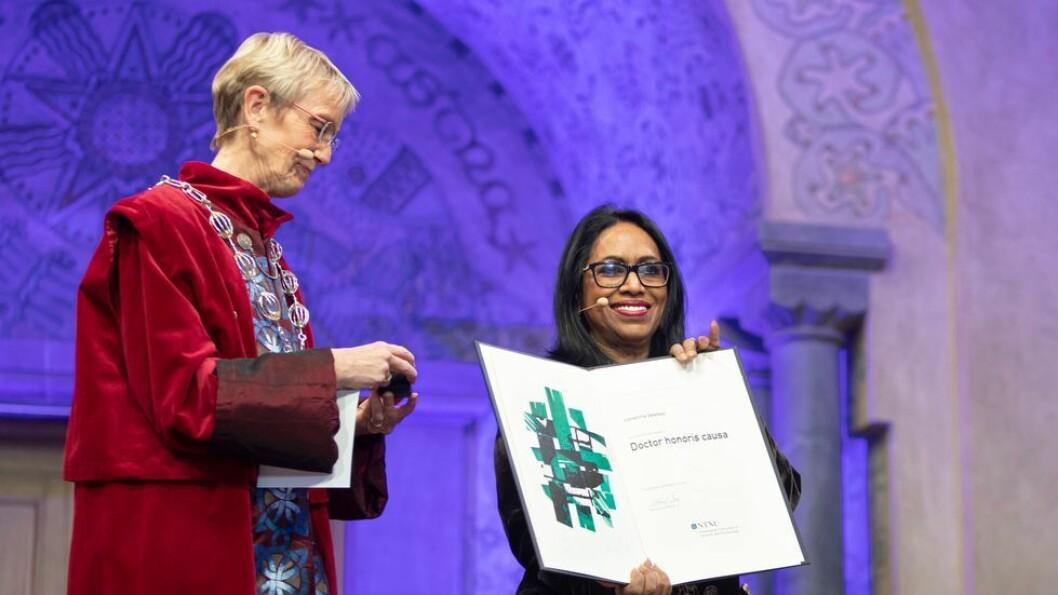 Under NTNUs doktorpromosjon i Hovedbyggets aula på Gløshaugen ble Vishanthie Sewpaul (t.h.) utnevnt til æresdoktor av konstituert rektor Anne Borg.