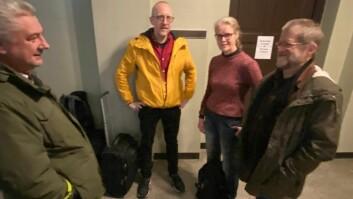 Birgitta Wentzel og Ingar Kaldal (til høyre) mens de venter på gangen under styremøtet hvor det ble besluttet å splitte instituttet deres. Til venstre Rune Hansen og Øyvind Thomassen.