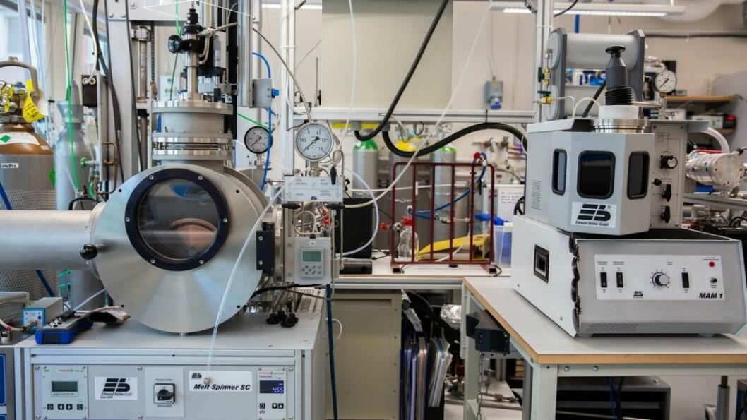 Disse to maskinene ved NTNUs Institutt for materialteknologi får ikke iranere lov å bruke. Dette er en «suction caster» og en «melt spinner».