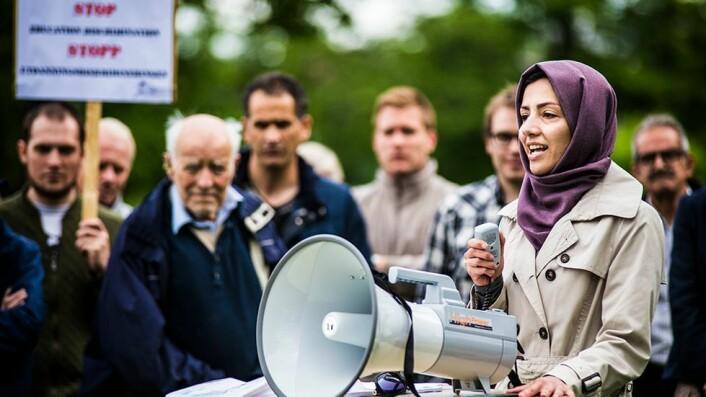 Hamideh Kaffash har vært svært aktiv i kampanjen for å stanse det mange mener er diskriminering av iranere i Norge. Her er hun på talerstolen under en protestmarkering på Gløshaugen.