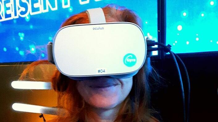 Innebærer framtidas delegasjonsreiser å ta på seg VR-briller? Her fikk Ida Fuchs prøve dem under siste Enova-konferanse.