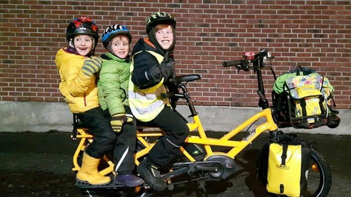 Bil for å frakte barn? Fuchs farter rundt på elektrisk sykkel med plass til tre barn. Hun bruker den til og fra jobb, fra Heimdal til Gløshaugen.