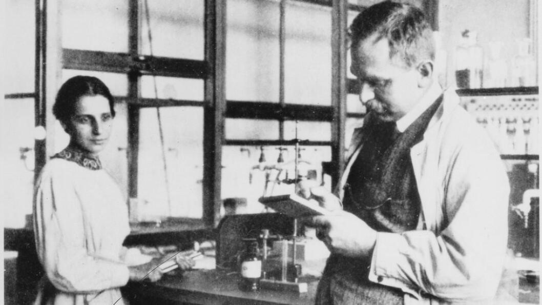 Fysiker Lise Meitner og kjemiker Otto Hahn i deres tyske laboratorium. Hahn fikk nobelprisen i kjemi, mens Lise Meitner ble oversett. - Da han fikk nobelprisen i kjemi i 1945, er det utrolig at han ikke gjorde sitt for å dele prisen, og ære alle dem som hadde vært med og bidra, sier professor Annette Lykknes.