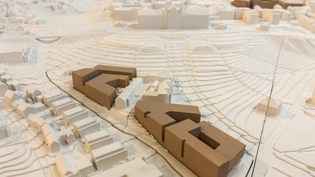 Denne modellen laget av NTNUs campusprosjekt viser en mulig løsning for KAM-senteret (de brune byggene) der det bygges rundt deler av trehusbebyggelsen i området som kalles Øvre Grensen. Her noen av de gamle trehusene tenkt revet til fordel for nye universitetsbygg.