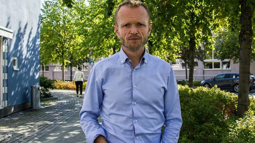 Professor Kristian Steinnes har fått varsel om at han vil bli flyttet fra IHS. Dette har fått 12 kolleger ved instituttet til å reagere.