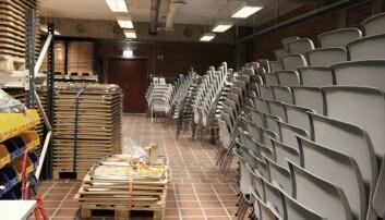 Eksamensutstyr. 1 200 stoler og 2 700 klappbordene som brukes til eksamen passes på og vedlikeholdes.
