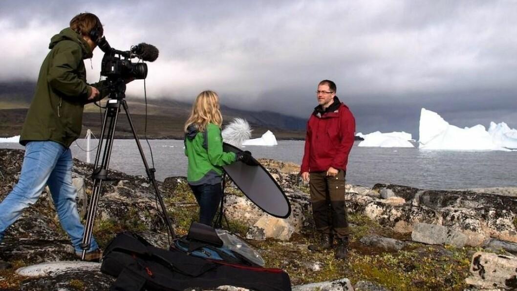 Klima og endringer. UiBs klima-Mooc, handler om hva som driver klimasystemet og klimaendringene. De to professorene professorene Asgeir Sorteberg og Kerim Hetnes Nisancioglu er gjennomgangsfigurer i filmopptak, her er sistnevnte under opptak på Grønland.