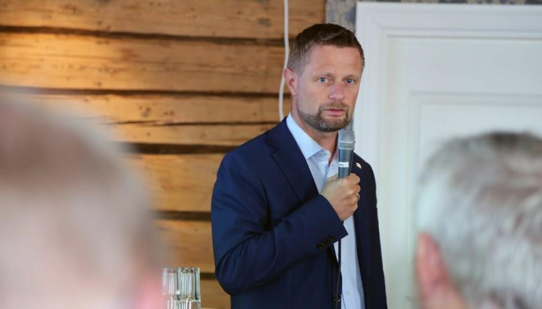 Helseminister Bent Høie annonserte at trinn fire utsettes med to unntak for høyere utdanning.