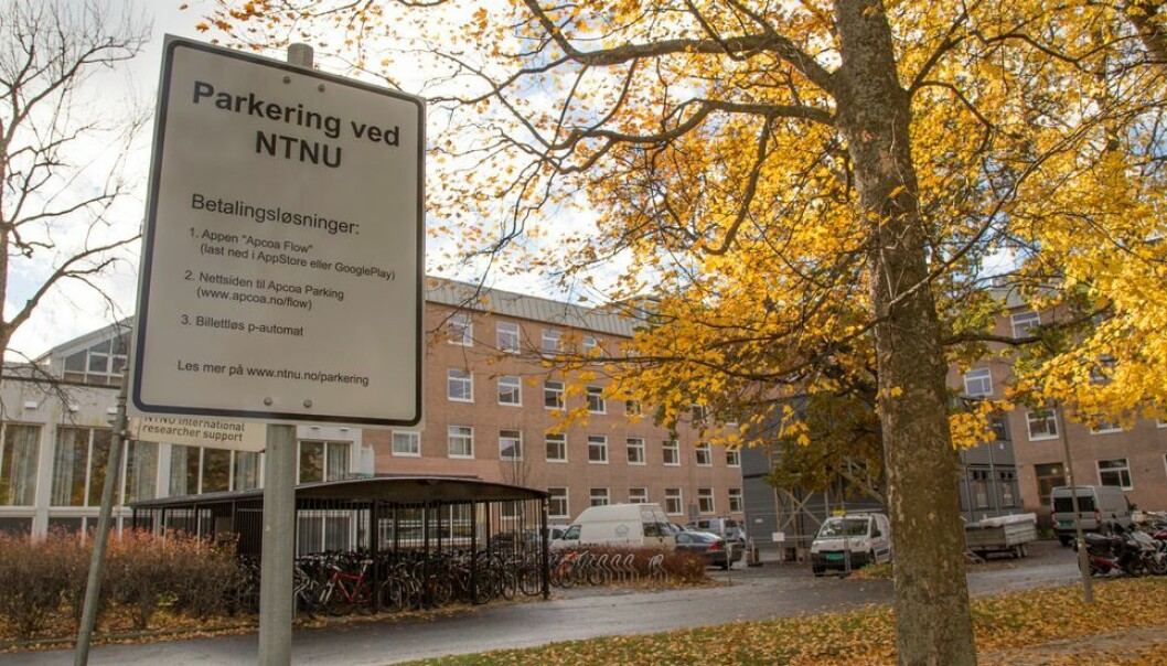 Selv om parkeringen har vært gratis for ansatte og studenter har en måttet løse parkeringsbillett.