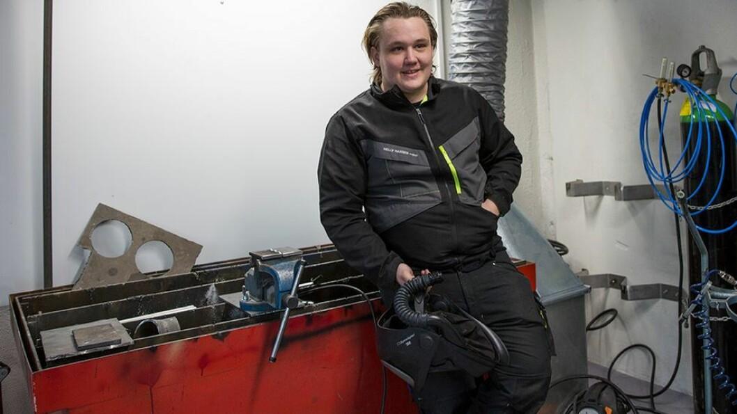 Benjamin Foss Hansen i sitt rette element, på sveiseverkstedet. - Jeg liker det mekaniske faget, særlig det å sveise, dreie og konstruere ting, sier han.