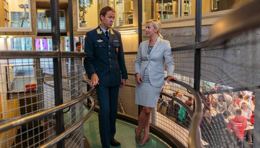Sofie Nystrøm, her med generalmajor Inge Kampenes i Cyberforsvaret, har gått gradene fra å være direktør ved et NTNU-senter til å nå være direktør for Nasjonal sikkerhetsmyndighet.