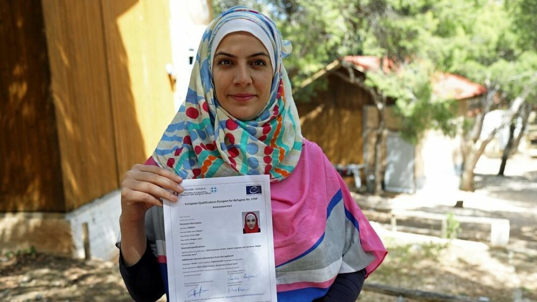Pass gir håp. Syriske Rawaa har fått passet som er ment å kunne hjelpe henne videre, enten til mer utdanning eller en jobb hun er kvalifisert for i et nytt hjemland.
