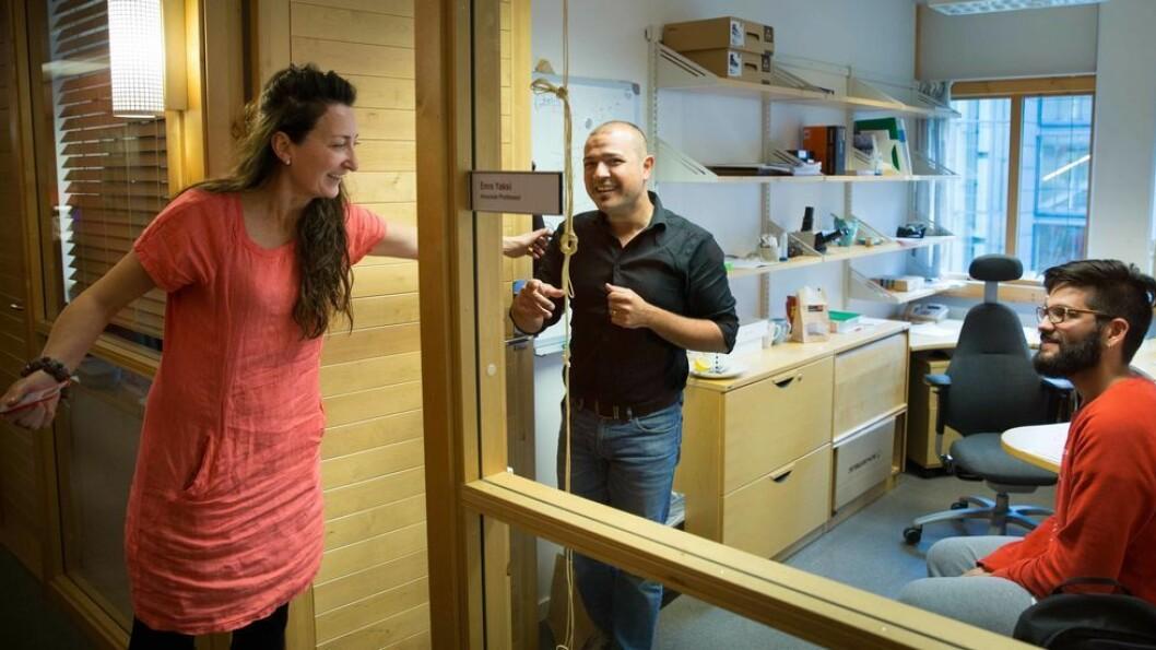I dag kan senteret plukke medarbeidere fra øverste hylle, forteller May-Britt Moser. Én av dem er Emre Yaksi (midten), som flyttet laben sin fra Belgia til Trondheim.