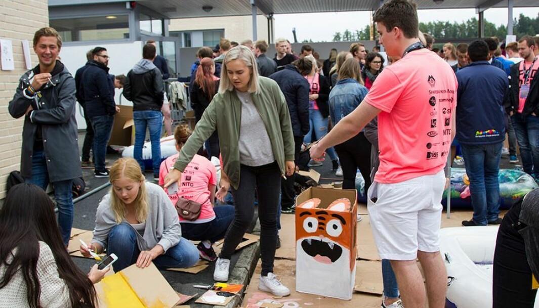 Studenter i Ålesund i full sving med å forberede seg til Mario Kart-løpet for noen år siden. Her dekoreres pappesker, som studentene ifører seg når de skal løpe om kapp. Arkivbilde.