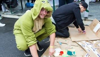 Håkon Pedersen er i gang med å lage ei pappeske som skal forestille Luigi.