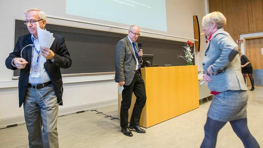 Gjøvik-rektor Jørn Wroldsen, NTNU-rektor Gunnar Bovim og Ålesund-rektor Marianne Synnes bytter plass på podiet.