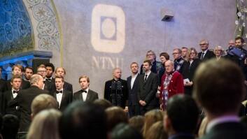Kunstnerduoen Michael Elmgreen og Ingar Dragset fikk æresplassene - mellom rektor Gunnar Bovim og prorektor Johan Hustad.