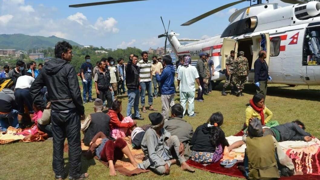 Dhulikel hospital i Kathmandu er fylt til randen av skadde etter jordskjelvet. Mange blir behandlet på gårdsplassen utenfor sykehuset og skadde blir fraktet til sykehuset i helikopter fra områder som har mistet veiforbindelsen.