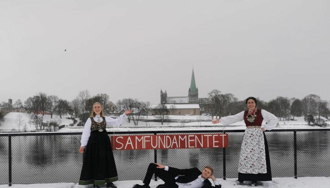 - Den siste tiden har virkelig vist oss hvor kritisk det er å sikre kvikkleirefelt som dette, derfor føles det spesielt viktig å kunne åpne fyllinga i dag, sier Karen Mjør, leder i Studentersamfundet (til høyre) Med på feiringa var også Nina Salvesen og Sverre Heimstad Sørgjerd.