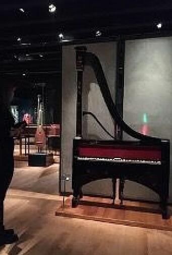 Pianoharpe, Dietz, Paris ca. 1880. Ringve musikkmuseum.