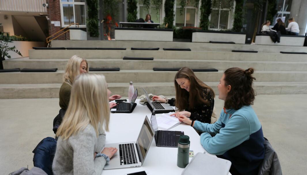 Læringsutbyttet er bedre ved å være på campus, synes fra venstre: Frida Holberg, Celine Hamborg, Mathilde Christiansen og Mia Marie Haakonsen.